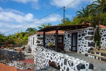 Vista a la casa con terraza