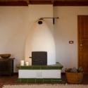 Wohnzimmer mit großem Holzofen