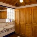Badezimmer mit großem Wandschrank