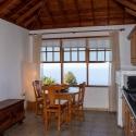 Salon mit Esstisch und Küchenzeile