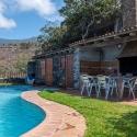 Pool mit Esstisch und Grillhaus