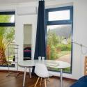 Das Nordschlafzimmer mit stylischen Möbeln und Ausblick in die Berge