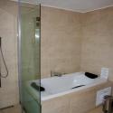 Das Bad mit Massagedusche und Badewanne