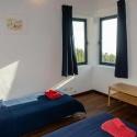 Südschlafzimmer mit zwei Einzelbetten und Blick auf das Meer