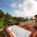 Die Terrasse vor dem Appartement mit Badewanne