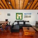 Der Salon mit Esstisch mit Holzofen