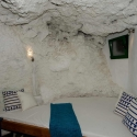 Die Schlafhöhle mit organisch geformten Bett