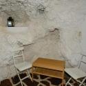 Die Schlafhöhle mit Stuhl und Tisch