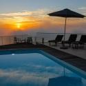 Sonnenuntergang am Pool der Villa Corona