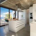 Moderne Küchenzeile mit Ausblick