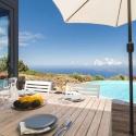 Priviligiertes Frühstücken, der Horizont verschwimmt mit Pool und Ozean