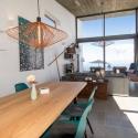 Der große Esstisch mit anschließendem Wohnbereich