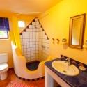 Organische Formen und sanfte Farben im Bad
