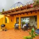 Eingang und Terrasse in warmen und gemütlichen Farbtönen