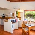 Küchenzeile und Blick auf die Sonnenterrasse neben dem Apartment B