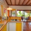 Küchenzeile mit Blick auf die Terrasse