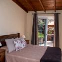 Schlafzimmer mit Tür zur Terrasse
