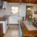 Die sehr gut ausgestattete Küche mit Esstisch
