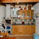 Die überdachte und komplett eingerichtete Draußenküche am Ferienhaus