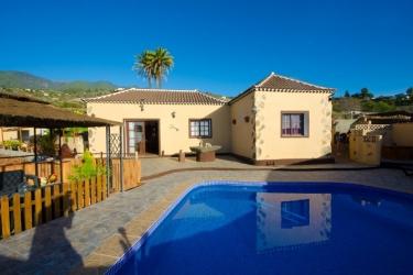 Vista a la casa con piscina